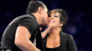 Vickie Guerrero pidi� un beso a Alberto del R�o y el campe�n del mundo...