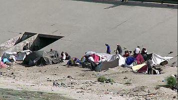 Cientos deportados viven en un desag�e de Tijuana