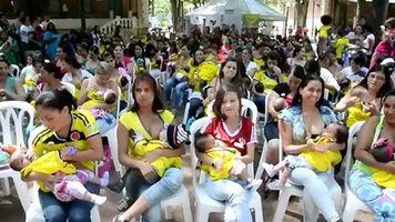 Cien madres buscan r�cord al amamantar en p�blico en Medell�n