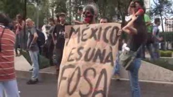 Protestas y hallazgo de fosas obligan a gobernador de Guerrero a pedir licencia