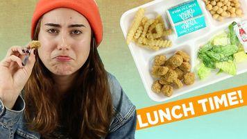 Adultos que prueban los almuerzos de escuela p�blica