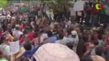 Simpatizantes de Zelaya se llevan a periodista del tribunal