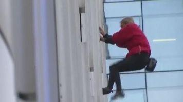 """El """"Hombre Ara�a"""" franc�s escala una torre en Paris"""