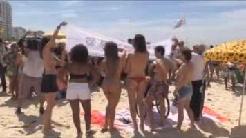 Mujeres en toples retan las leyes brasile�as en su lucha contra el c�ncer